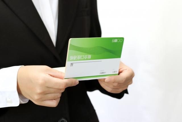 今すぐ動かせるお金はないが保険や定期預金を契約している